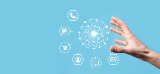 Geschäftskonzept nahaufnahme des mannes mit mobilem smartphone und infografik-symbol der community-technologie digital.konzept von high-tech und big data. getöntes bild.