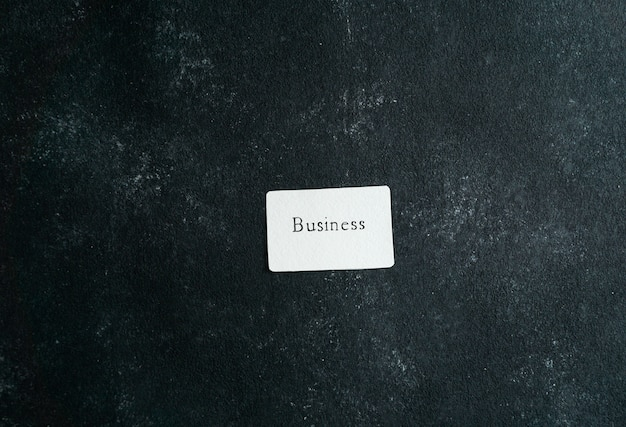 Geschäftskonzept, visitenkarte mit geschäftsschreiben in der frauenhandhaltung