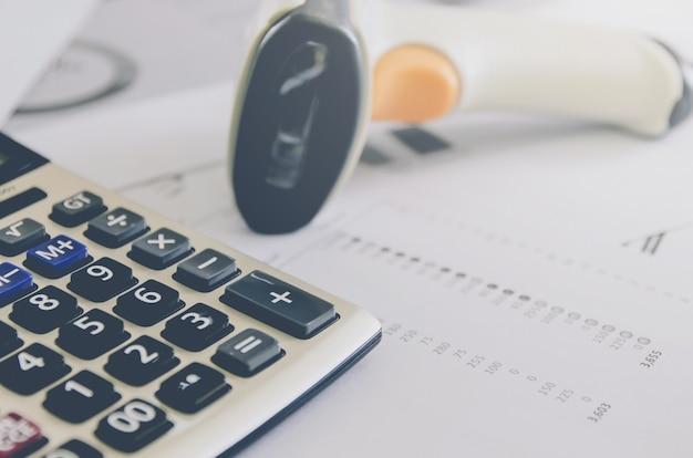 Geschäftskonzept von finanz- und buchhaltung mit papierblatt von planungsdaten.