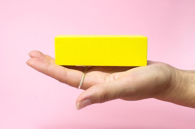 Geschäftskonzept wachstum erfolgsprozess nahaufnahme frau hand mit holzblock auf papier rosa