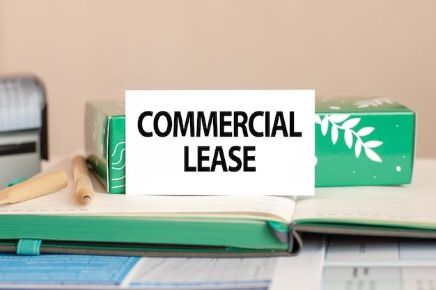 Geschäftskonzeptblatt aus weißem papier für notizen mit text commercial lease