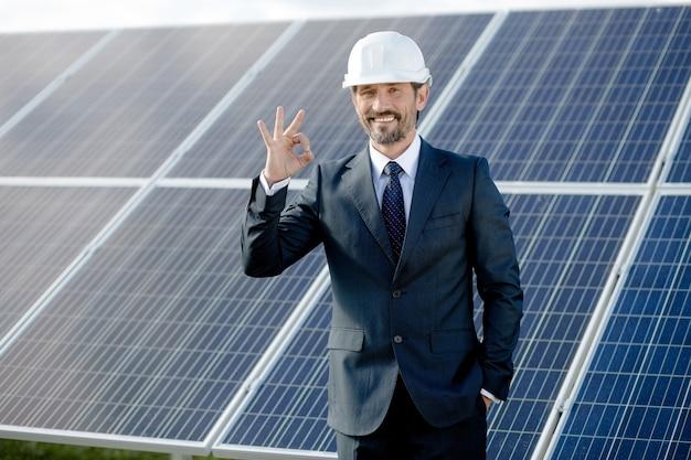 Geschäftskunde, der sonnenenergie wählt.