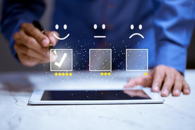Geschäftskunden drücken smiley-emoticon online, service-bewertung, zufriedenheitskonzept.