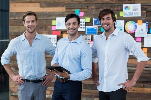 Geschäftsleiter, der über digitales tablet im büro diskutiert