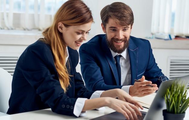 Geschäftsleute am tisch mit laptop emotionen modell manager innenanzug.