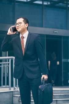 Geschäftsleute antworten telefone an der bürotür