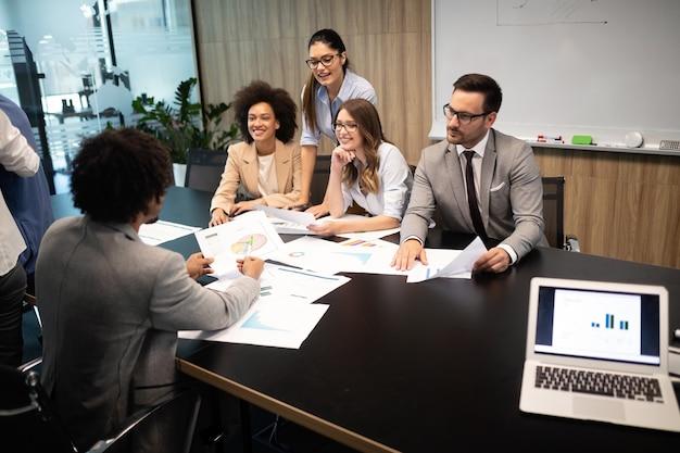 Geschäftsleute arbeiten an konferenzen und besprechungen im modernen büro
