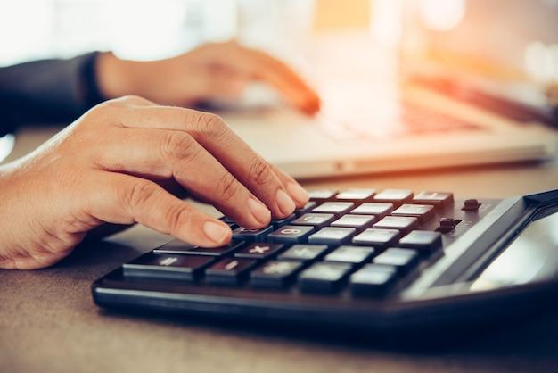 Geschäftsleute arbeiten an konten in der geschäftsanalyse mit diagrammen und dokumentationslaptop im büro