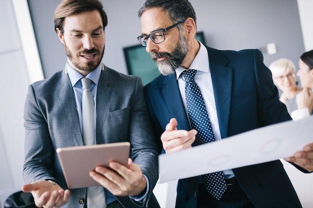 Geschäftsleute arbeiten, brainstorming als team im büro