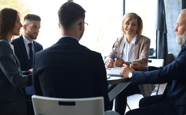 Geschäftsleute arbeiten brainstorming-meeting, um investitionspläne zu besprechen.