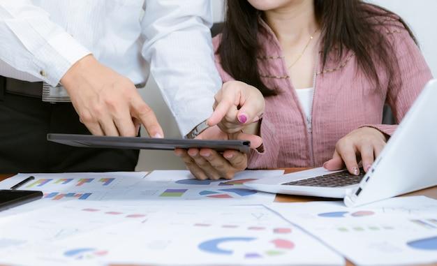 Geschäftsleute arbeiten mit der diagrammanalyse mithilfe von computern und smartphones