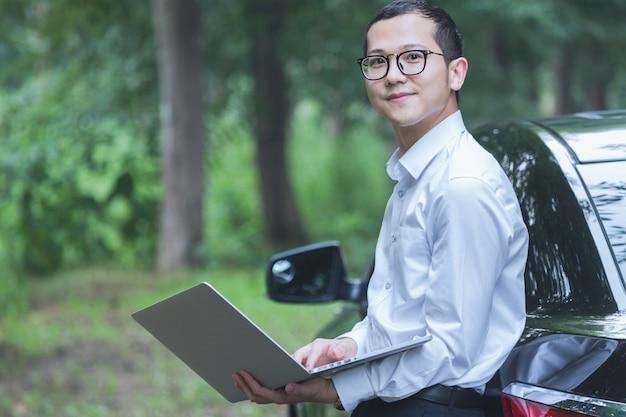Geschäftsleute arbeiten mit laptops auf der seite des autos