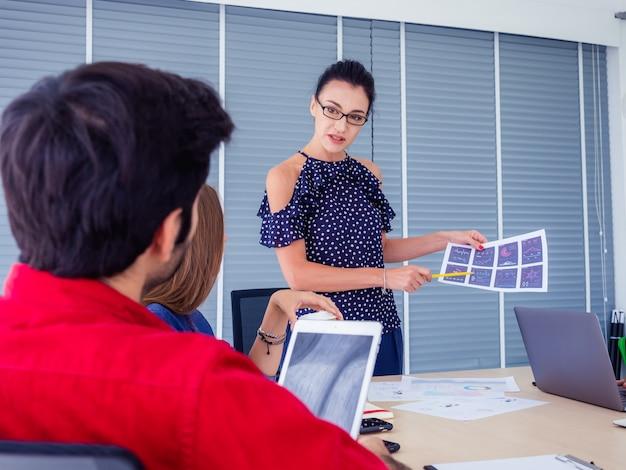 Geschäftsleute arbeiten zusammen und treffen sich, um die situation auf geschäft zu besprechen