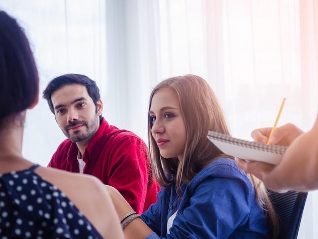 Geschäftsleute arbeiten zusammen und treffen sich, um die situation zu besprechen