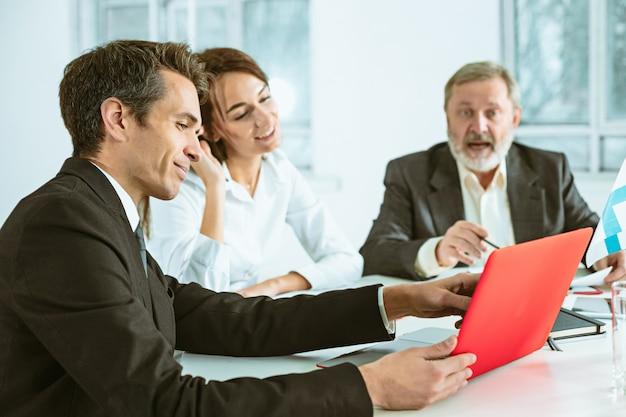 Geschäftsleute arbeiten zusammen