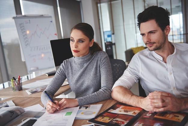 Geschäftsleute auf der suche nach der besten option