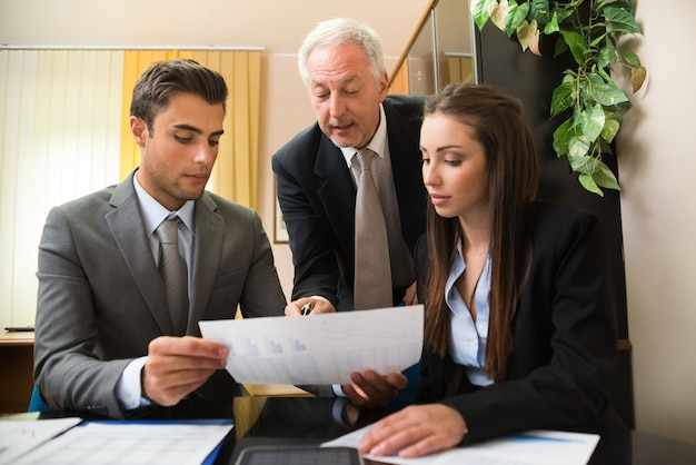 Geschäftsleute bei der arbeit in ihrem büro