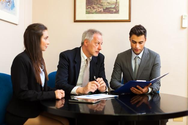 Geschäftsleute bei der arbeit zusammen in einem büro