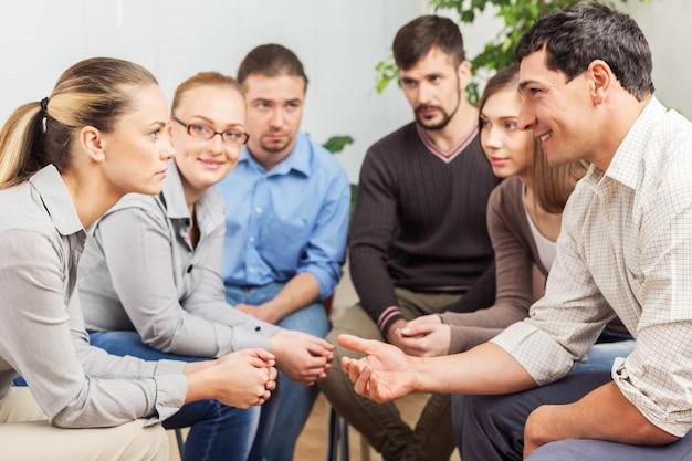 Geschäftsleute bei der besprechung über strategie