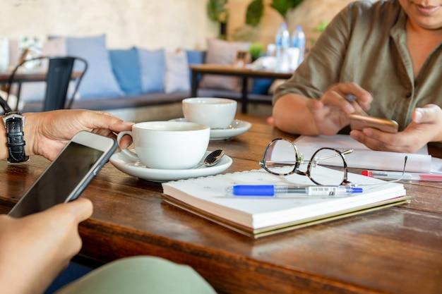 Geschäftsleute bei der sitzung im café, das kaffeepause hat.