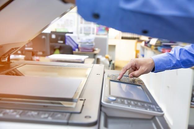 Geschäftsleute benutzen fotokopierer und scannen dokumente in office.