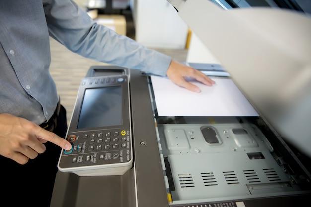 Geschäftsleute benutzen fotokopierer.