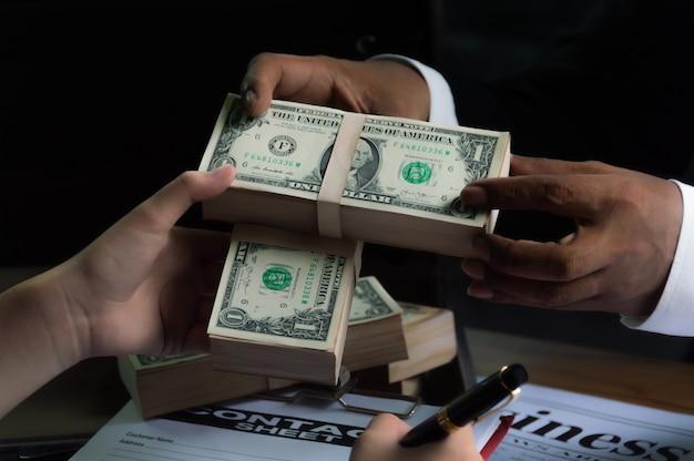 Geschäftsleute benutzen geld, um andere menschen zu bestechen, wenn sie verträge unterzeichnen.