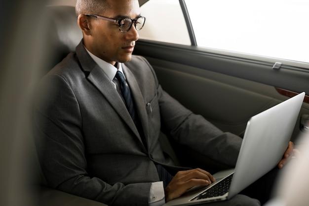 Geschäftsleute benutzen laptop-auto