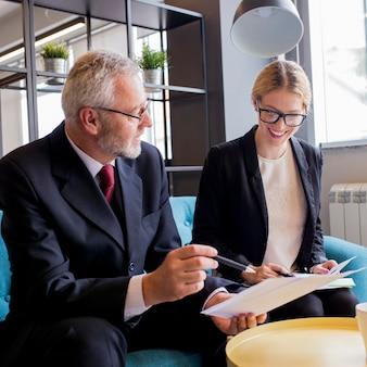 Geschäftsleute beschäftigt, finanzsache während des treffens besprechend