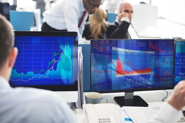 Geschäftsleute beschäftigtes aktienhandels-forschungs-konzept