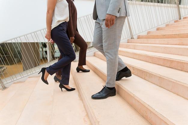 Geschäftsleute bewegen sich die treppe hinauf und hinunter