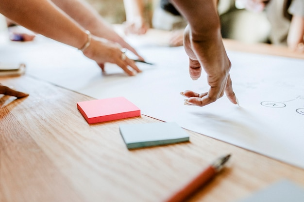 Geschäftsleute brainstorming-ideen mithilfe eines diagramms