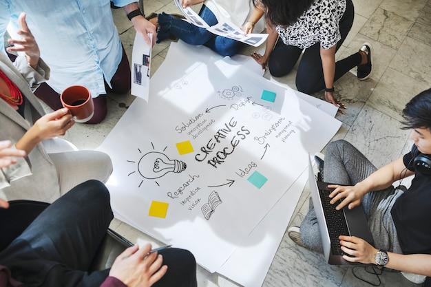 Geschäftsleute brainstorming-management-prozess auf papier