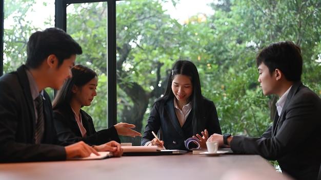 Geschäftsleute brainstorming teamarbeit im besprechungsraum