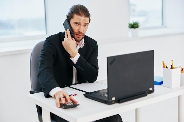 Geschäftsleute büroarbeitsdokumente mit einem telefon in der hand lifestyle