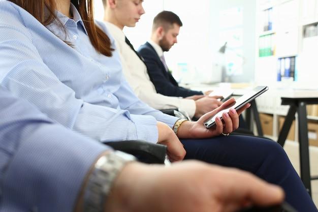 Geschäftsleute der gruppe halten mobile geräte