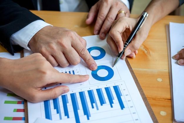 Geschäftsleute, die am arbeiten mit finanzberichten sich treffen