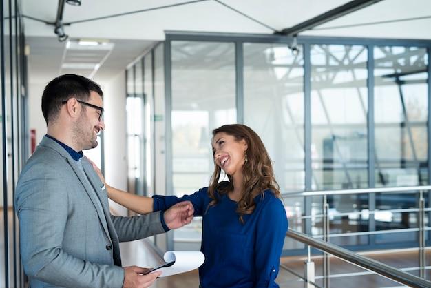 Geschäftsleute, die am arbeitsplatz flirten