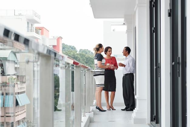 Geschäftsleute, die am balkon stehen