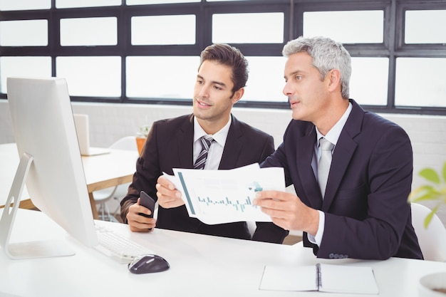 Geschäftsleute, die am computertisch arbeiten