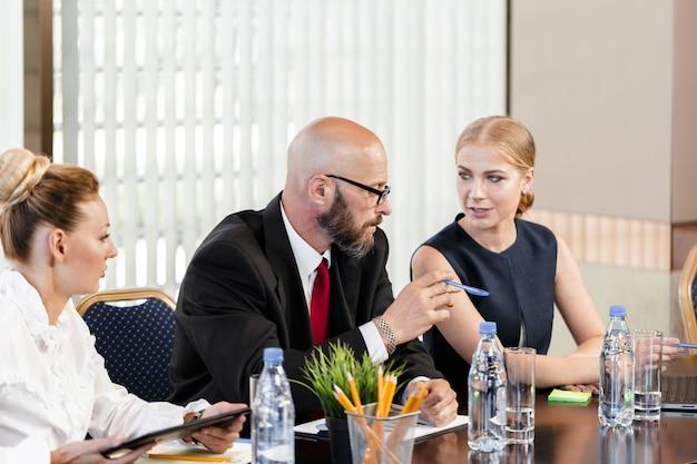 Geschäftsleute, die am konferenztisch zusammenarbeiten