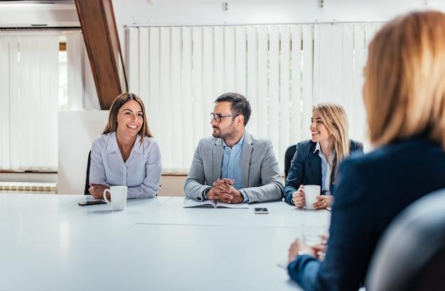 Geschäftsleute, die am konferenzzimmer sprechen.