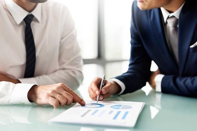 Geschäftsleute, die an als analysierte diagramme sich besprechen