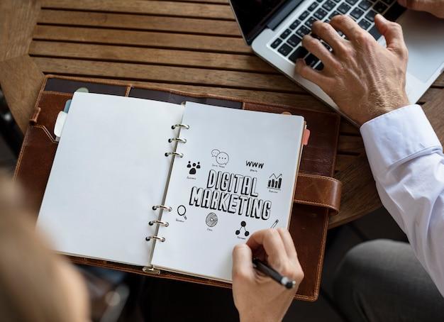 Geschäftsleute, die an einem digitalen marketingplan arbeiten