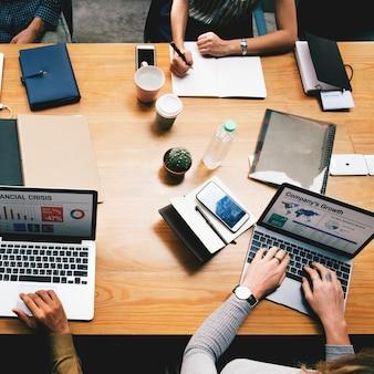 Geschäftsleute, die an einem laptop arbeiten