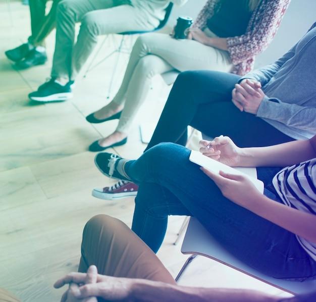 Geschäftsleute, die an einem seminar teilnehmen