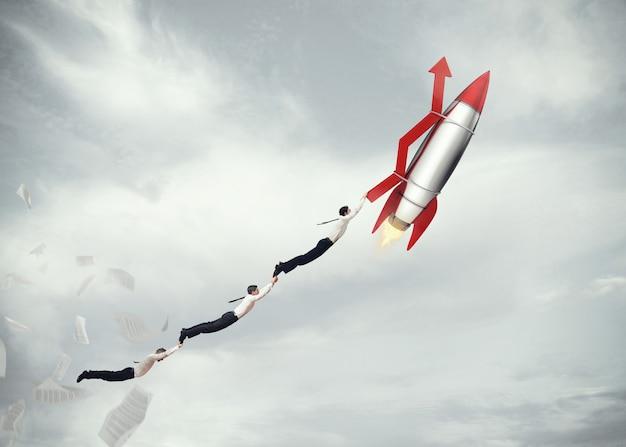 Geschäftsleute, die an einer rakete mit einem pfeil fliegen. start geschäftserfolgskonzept. 3d-rendering