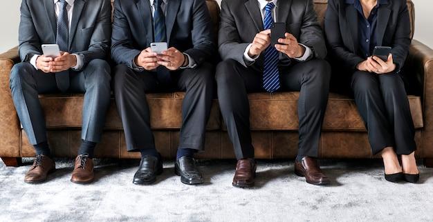 Geschäftsleute, die an geräten arbeiten