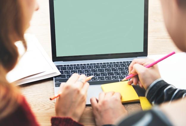 Geschäftsleute, die anmerkungen vor laptop machen