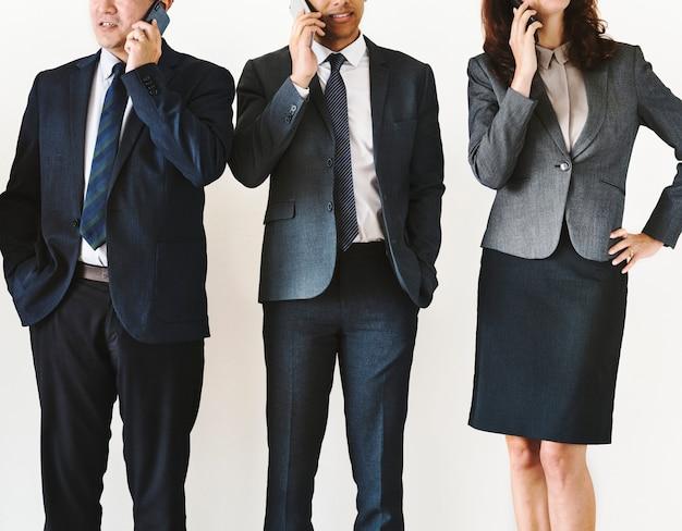 Geschäftsleute, die auf abruf sprechen